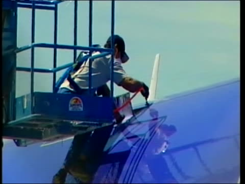 close up southwest worker works on top of a plane. this after another southwest plane made an emergency landing in yuma, arizona on april 1, 2011 due... - südwesten stock-videos und b-roll-filmmaterial