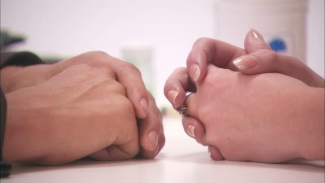 vídeos y material grabado en eventos de stock de close up static - a woman touches her fingers to a man's fingers - puño gesticular
