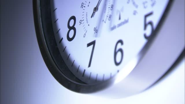 vídeos de stock, filmes e b-roll de close up static - the minute hand spins around a clock - passar a frente