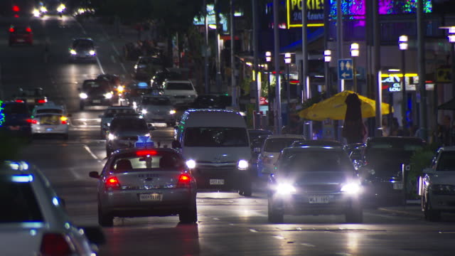 vidéos et rushes de close up stationary taxi with indicator light flashing - close up legs as anon pedestrians cross road in front of taxi / close up city traffic at... - phare de véhicule