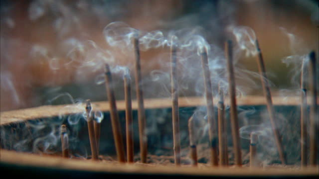 vídeos de stock e filmes b-roll de close up sticks of incense burning / japan - incenso