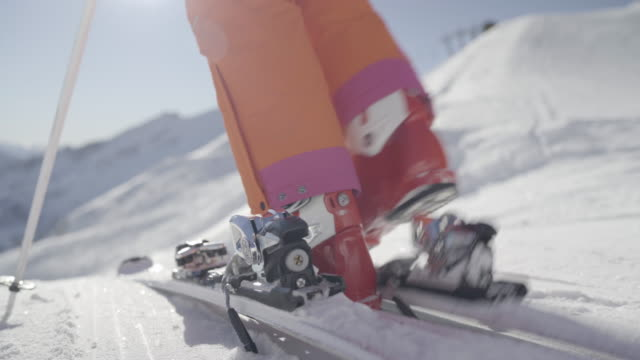 vidéos et rushes de 4k close up strap on your skies and go skiing - chaussures