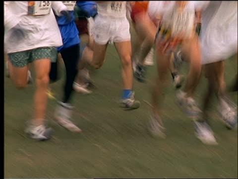 vídeos de stock e filmes b-roll de close up swish pans of crowd running in marathon - 1990