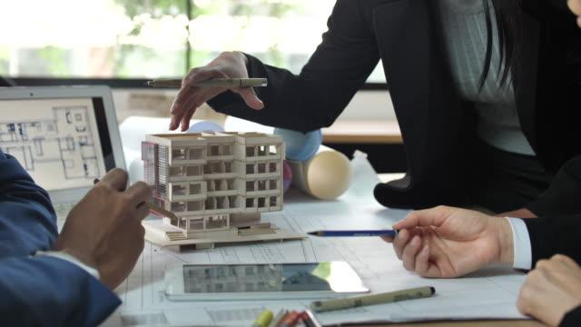 vídeos y material grabado en eventos de stock de equipo de arquitectos el diseño de soluciones de intercambio de ideas de cerca - estudio de diseño