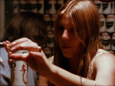 vídeos de stock e filmes b-roll de 1974 close up teenage girl smoking cigarette and drinking can of colt 45 / taking joint + smoking / audio - 1974