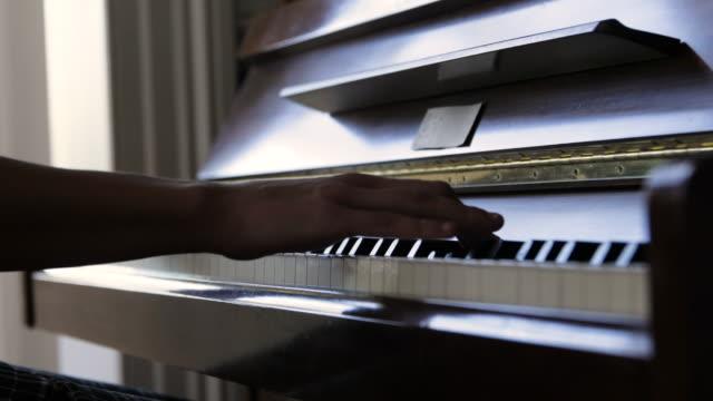 close up, teenager plays piano - endast en tonårsflicka bildbanksvideor och videomaterial från bakom kulisserna