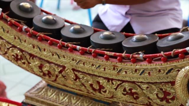 vídeos de stock e filmes b-roll de close up thai music instruments - baterista
