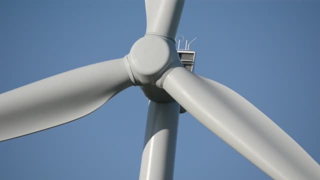 close up the spinning blades of a wind turbine at the hornsdale wind farm operated by neoen sas near jamestown south australia on friday sept 29 a... - jamestown stock-videos und b-roll-filmmaterial