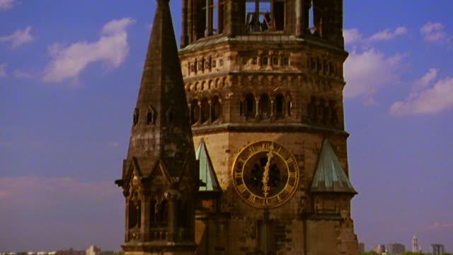 vídeos y material grabado en eventos de stock de close up tilt down tilt up tower of kaiser wilhelm memorial church (gedaechtniskirche) tower ruins / berlin, germany - iglesia conmemorativa del emperador guillermo