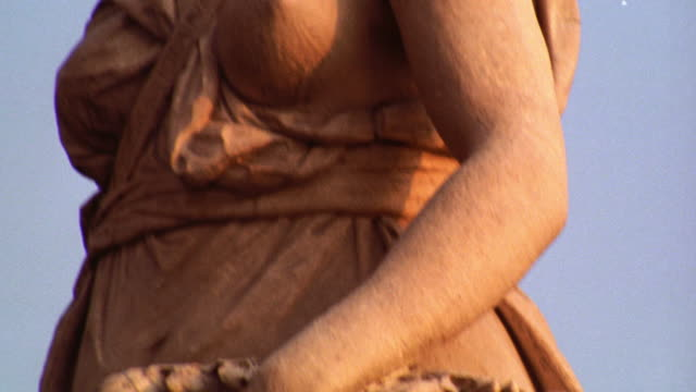 close up tilt up ancient statue of woman holding basket / florence, italy - florenz italien stock-videos und b-roll-filmmaterial