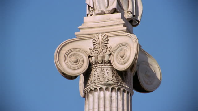 vídeos de stock e filmes b-roll de close up tilt up column with statue of athena on top of a column at the athens academy / athens, greece - escultura