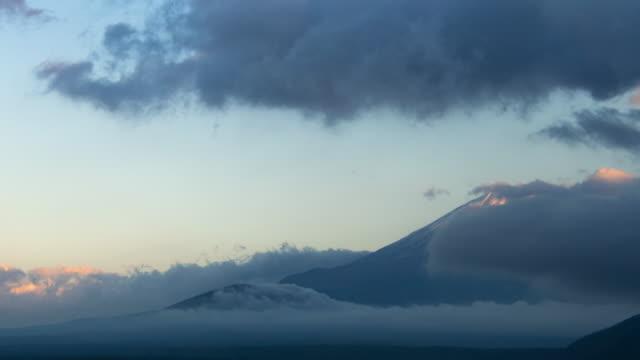 vídeos de stock, filmes e b-roll de fechar o tempo lapso 4k montanha fuji com nuvem noite no lago motosu, prefeitura de yamanashi, região de chubu, japão - desaparecer gradualmente