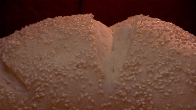 stockvideo's en b-roll-footage met close up time lapse bread w/sesame seeds baking and rising in oven - broodje voedsel