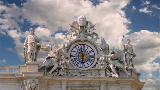 vídeos de stock e filmes b-roll de close up time lapse clouds in blue sky passing over clock at st. peter's basilica / vatican city, rome - basílica de são pedro