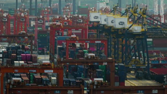 stockvideo's en b-roll-footage met close-up timelapse van hong kong commerciële containerhaven in dag tijd. - hoop begrippen