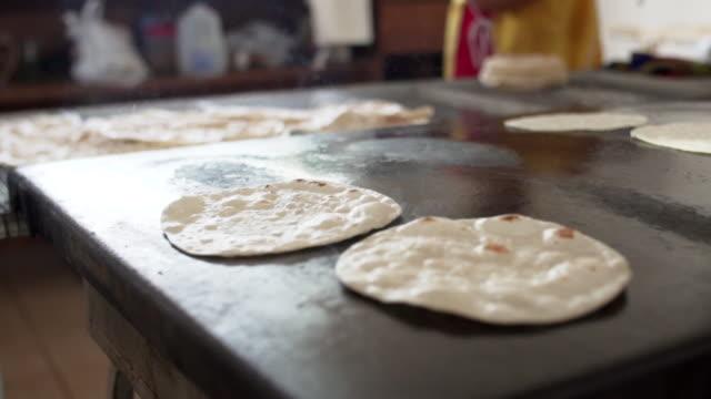 close up, tortillas cook on grill - penisola di bassa california video stock e b–roll