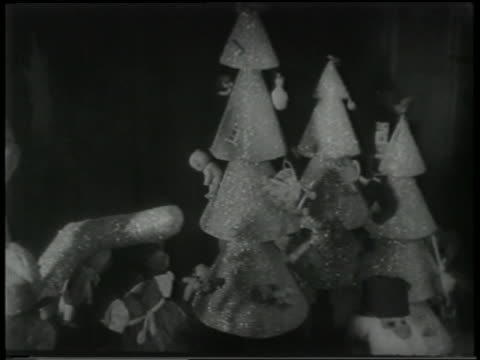 stockvideo's en b-roll-footage met b/w 1951 close up toy christmas trees turning in window display - kleine groep dingen