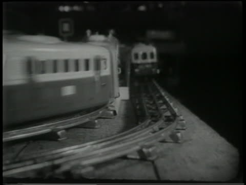 vídeos y material grabado en eventos de stock de b/w 1951 close up toy trains passing each other on track - dos objetos