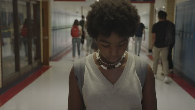 close up tracking shot of new high school student searching for homeroom / springville, utah, united states - 1日目点の映像素材/bロール