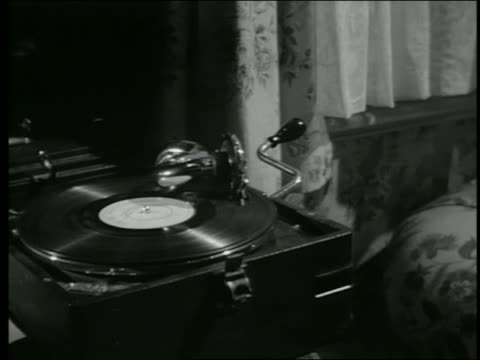 vidéos et rushes de b/w close up tracking shot phonograph stuck in a groove of playing record - pick up