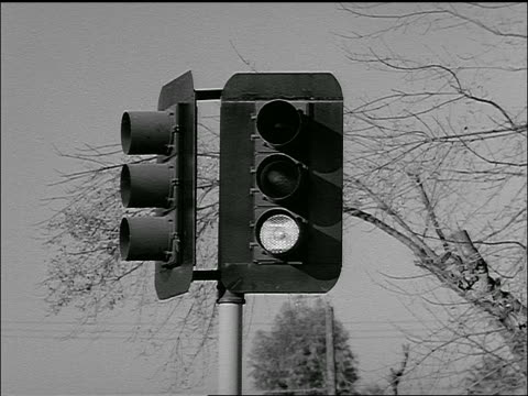 b/w 1954 close up traffic light changing colors - 1954 bildbanksvideor och videomaterial från bakom kulisserna