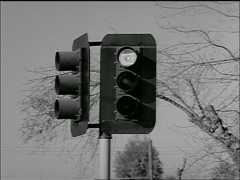 stockvideo's en b-roll-footage met b/w 1954 close up traffic light changing colors - 1954