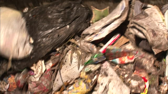 close up - trash being dumped from truck into garbage receptacle / new orleans louisiana - ゴミ収集車点の映像素材/bロール