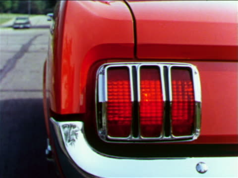 vídeos de stock e filmes b-roll de 1965 close up turn signal light flashing on red ford mustang / industrial - luz traseira de carro