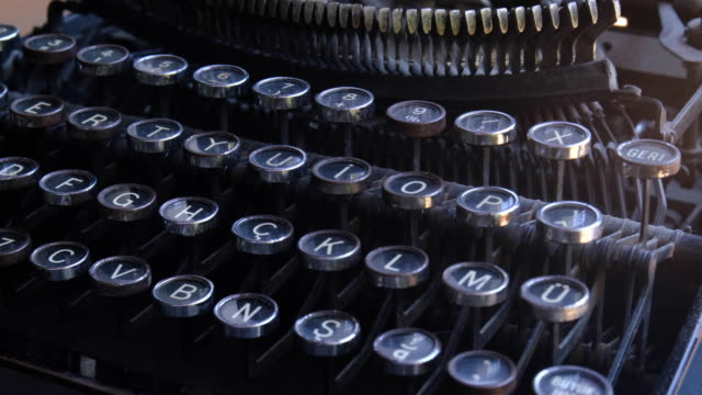 タイプライターのキーを閉じる - タイプライター点の映像素材/bロール