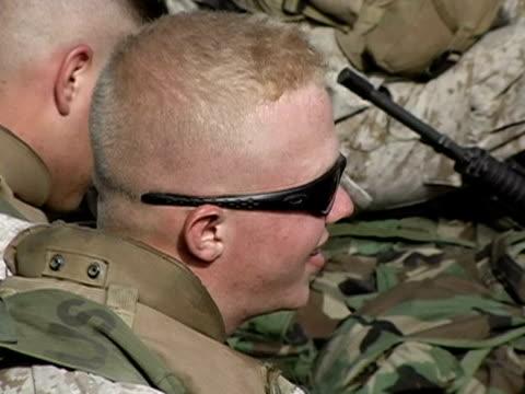 close up us soldier with sunglasses - 若い男性だけ点の映像素材/bロール