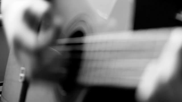 vídeos de stock, filmes e b-roll de close-up de mãos macro guitarists vídeo - tocar