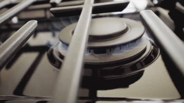 バーナーをオンにしたガスストーブのクローズアップビュー - ガスコンロ点の映像素材/bロール