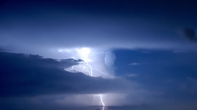 vídeos y material grabado en eventos de stock de a close up view of a powerful thunder storm with numerous lightning bolts striking out from the clouds - sólo cielo