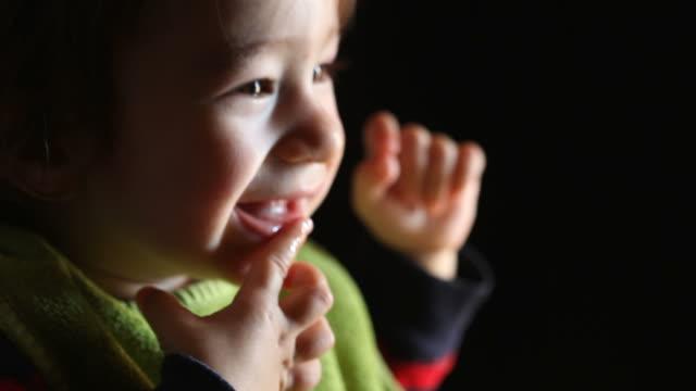 vidéos et rushes de gros plan de joyeux bébé garçon - bouche humaine