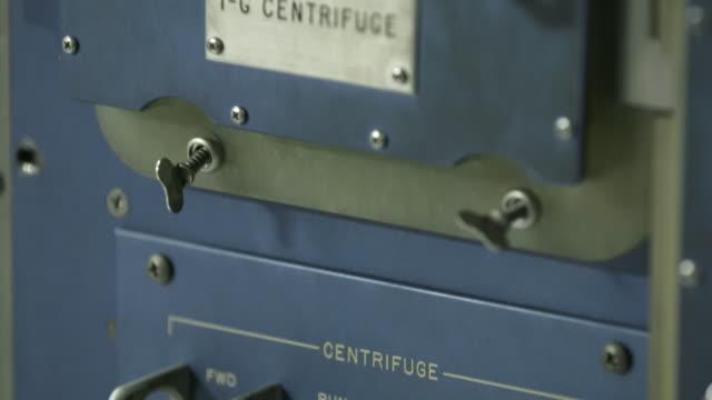 vidéos et rushes de close up, vintage centrifuge machinery - centrifugeuse équipement de laboratoire