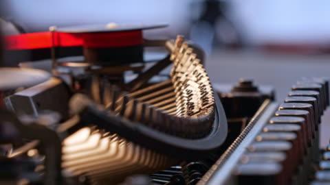 stockvideo's en b-roll-footage met close-up vintage schrijfmachine, typemachine typebalk detail - group of objects