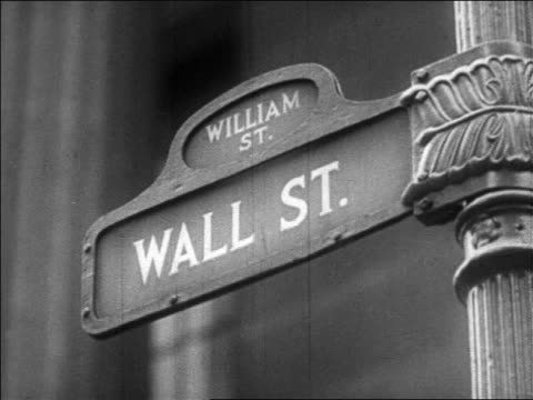 vídeos de stock, filmes e b-roll de b/w 1929 close up wall street sign / new york city / newsreel - placa de nome de rua