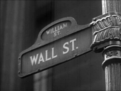 vídeos de stock, filmes e b-roll de b/w 1929 close up wall street sign / newsreel - placa de nome de rua