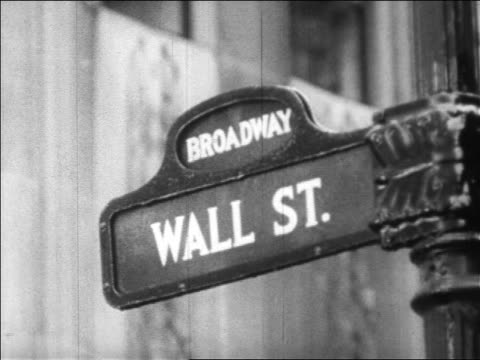 close up wall street sign / nyc / newsreel - 1920 1929 stock-videos und b-roll-filmmaterial