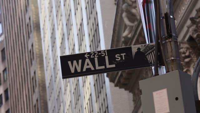 vídeos y material grabado en eventos de stock de close up wall street street sign at wall street shot in new york on february 20th 2014 wall street is the financial district of new york city named... - bolsa de nueva york
