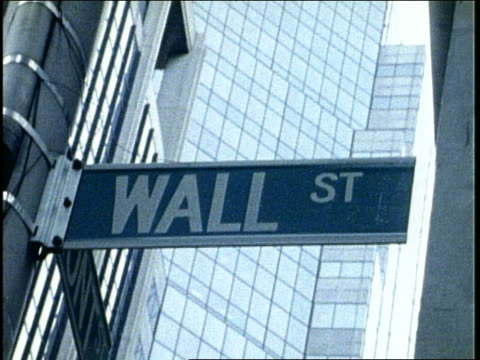 "b/w close up swish pan of ""wall street"" street sign / nyc / grainy - getönt stock-videos und b-roll-filmmaterial"