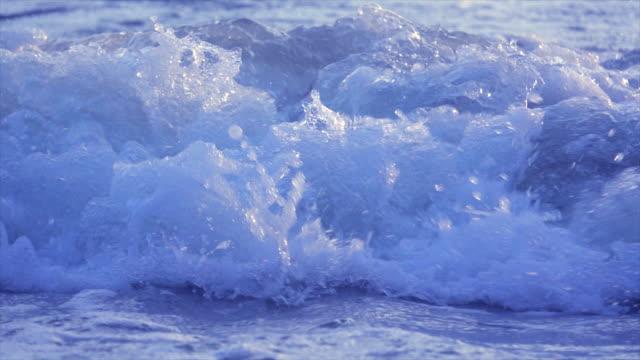 ビーチスーパースローモーションでクローズアップウェーブ - 泡立つ波点の映像素材/bロール