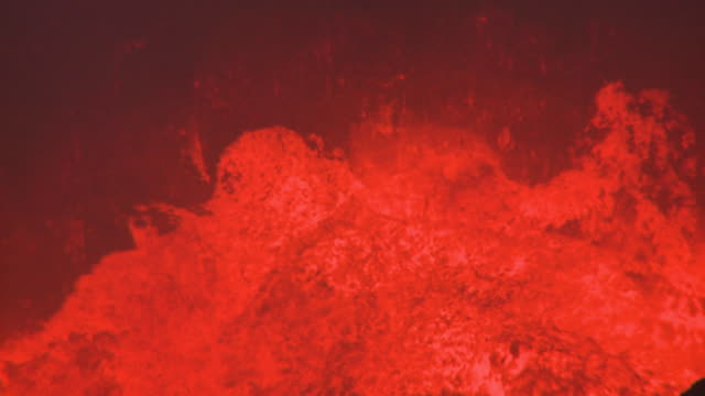 vidéos et rushes de close up waves of lava flowing against cliff, marum volcano, ambrym island, vanuatu - volcan