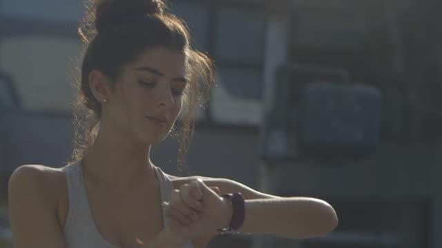 close up wearable technology - linne topp bildbanksvideor och videomaterial från bakom kulisserna