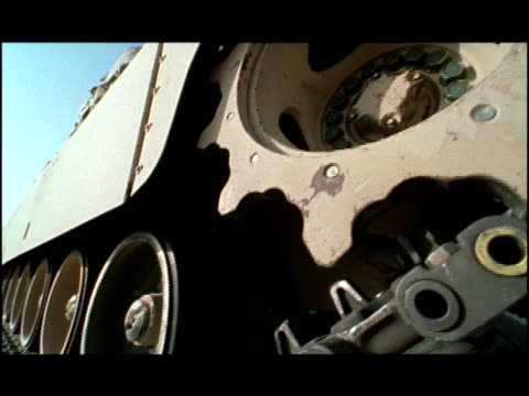 vídeos de stock, filmes e b-roll de close up wheels and treads on m1 abrams tank/ kuwait - tanque