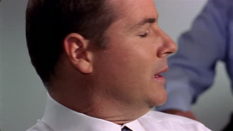 vidéos et rushes de close up white collar criminal being interrogated - demander
