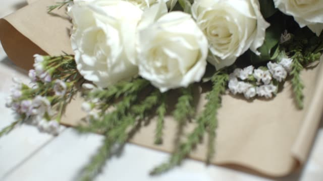 vídeos de stock e filmes b-roll de close up white rose bouquet.love concept - funeral