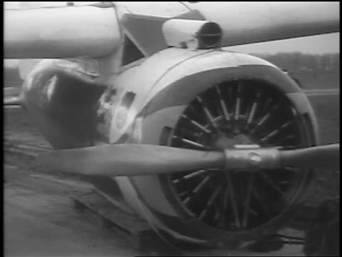 vidéos et rushes de b/w 1935 close up winnie mae prop plane on airfield / cleveland oh / newsreel - 1935