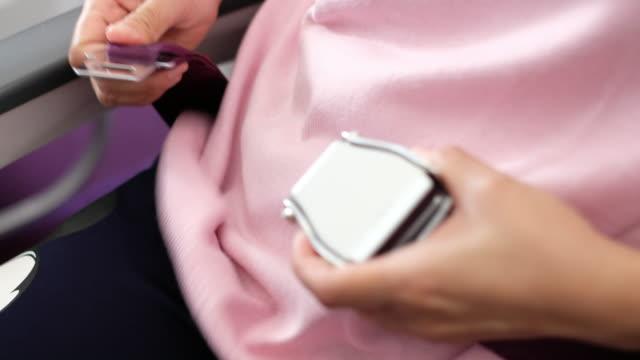 nahaufnahme der hand frau schnallen flugzeug während nehmen ab - sicherheitsgurt sicherheitsausrüstung stock-videos und b-roll-filmmaterial