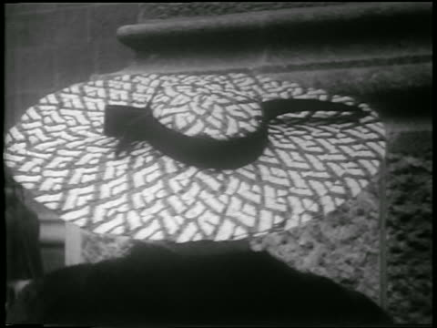 b/w 1952 close up woman in easter bonnet turning to camera + smiling outdoors / nyc / newsreel - 1952 個影片檔及 b 捲影像